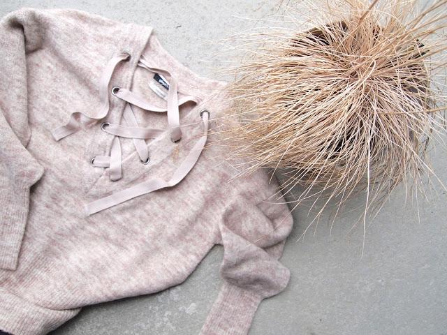 Gaby genser med snøredetaljer