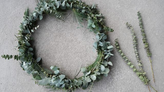 Julekrans med eukalyptus