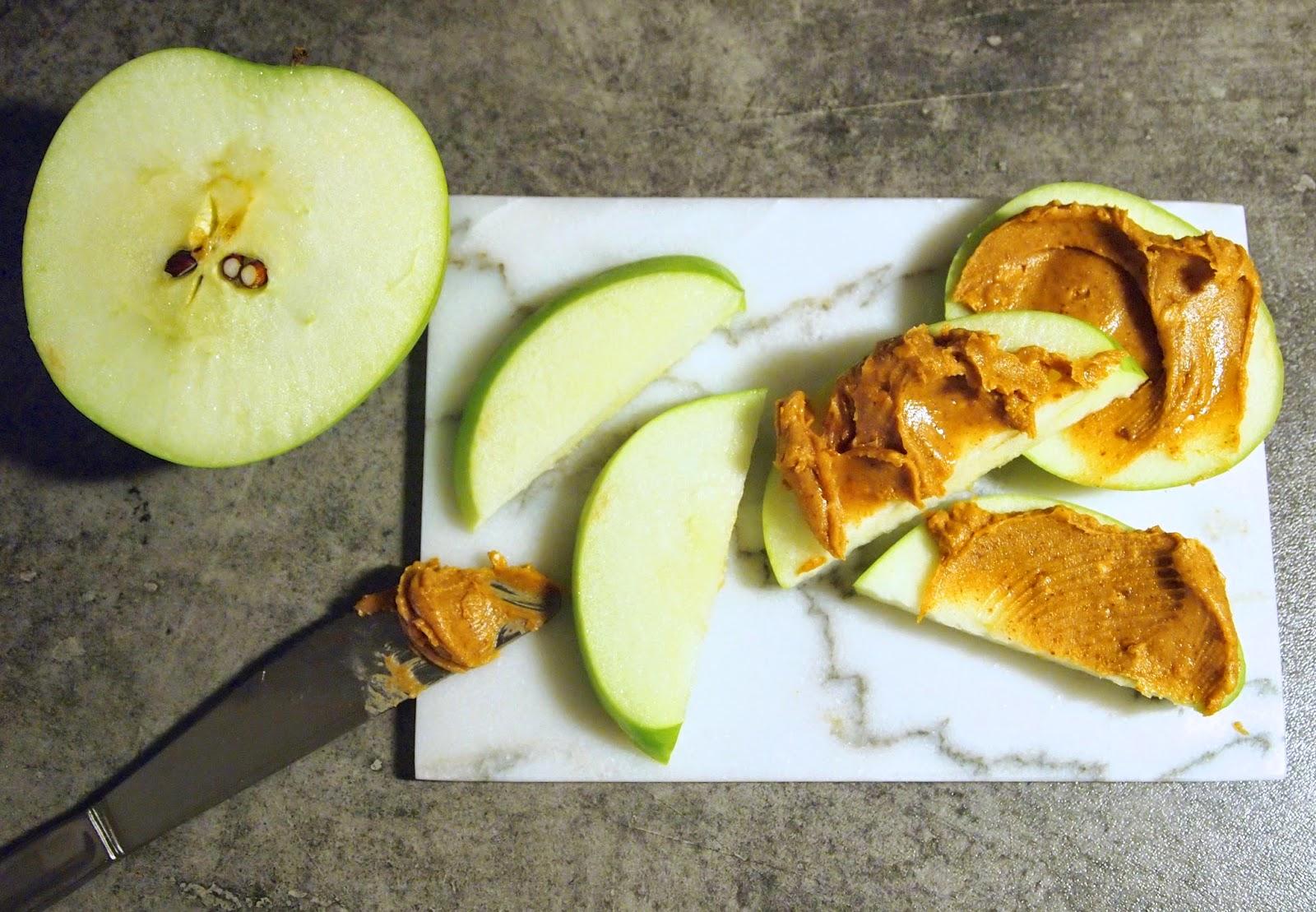 Tirsdagssnacks: epler + peanøttsmør