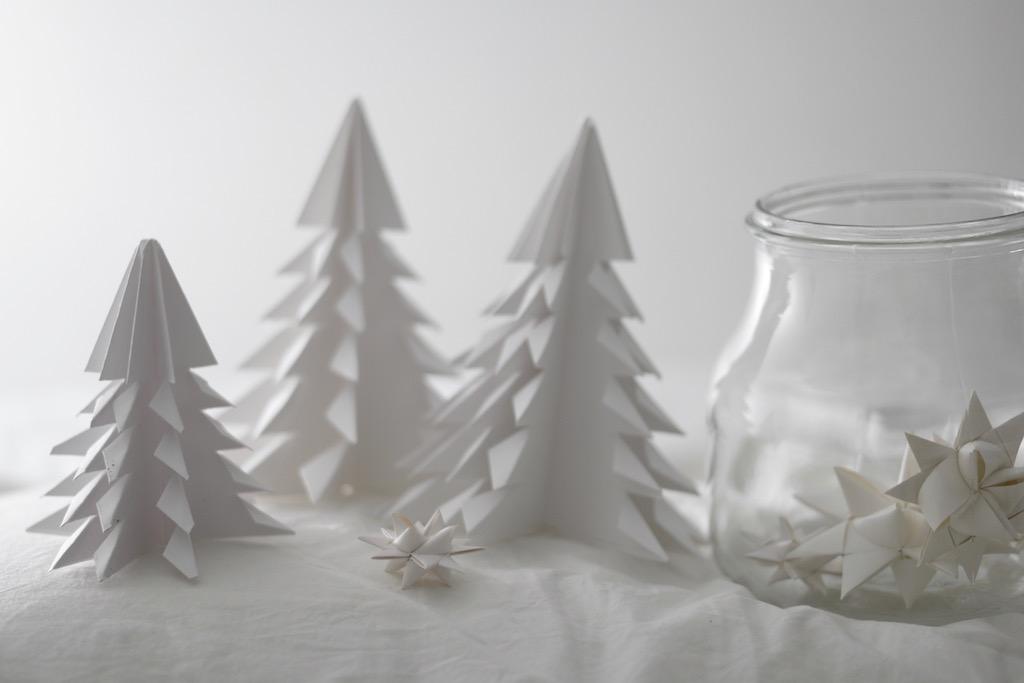 Hjemmelagde papirstjerner og papirtrær