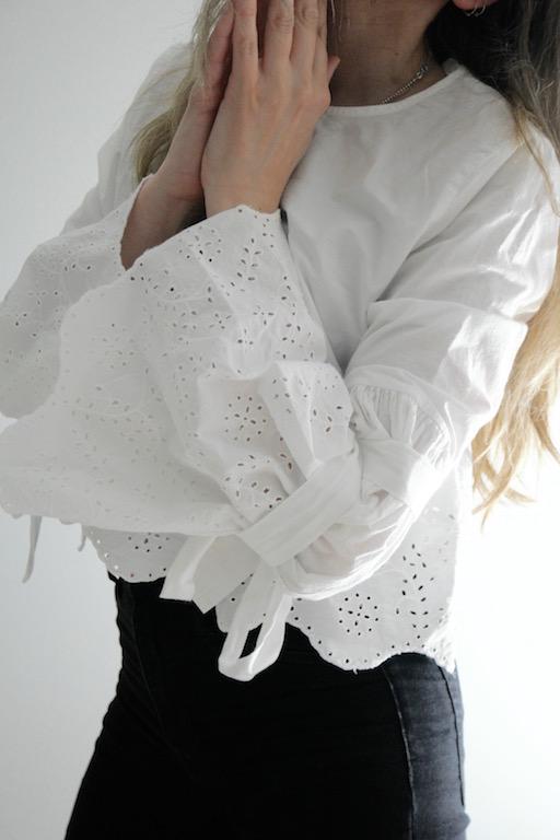 Hvit blondebluse i engelsk blonde